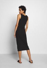 Moss Copenhagen - EIREEN JANE MIDI DRESS - Strikket kjole - black - 2