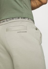 Calvin Klein Jeans - LOGO PANT - Verryttelyhousut - elephant skin - 3