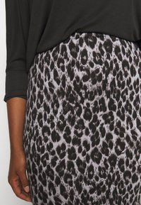 CAPSULE by Simply Be - LEOPARD PRINT MIDI TUBE SKIRT - Pencil skirt - black/grey - 5