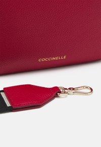 Coccinelle - TEBE - Torba na ramię - ruby - 4