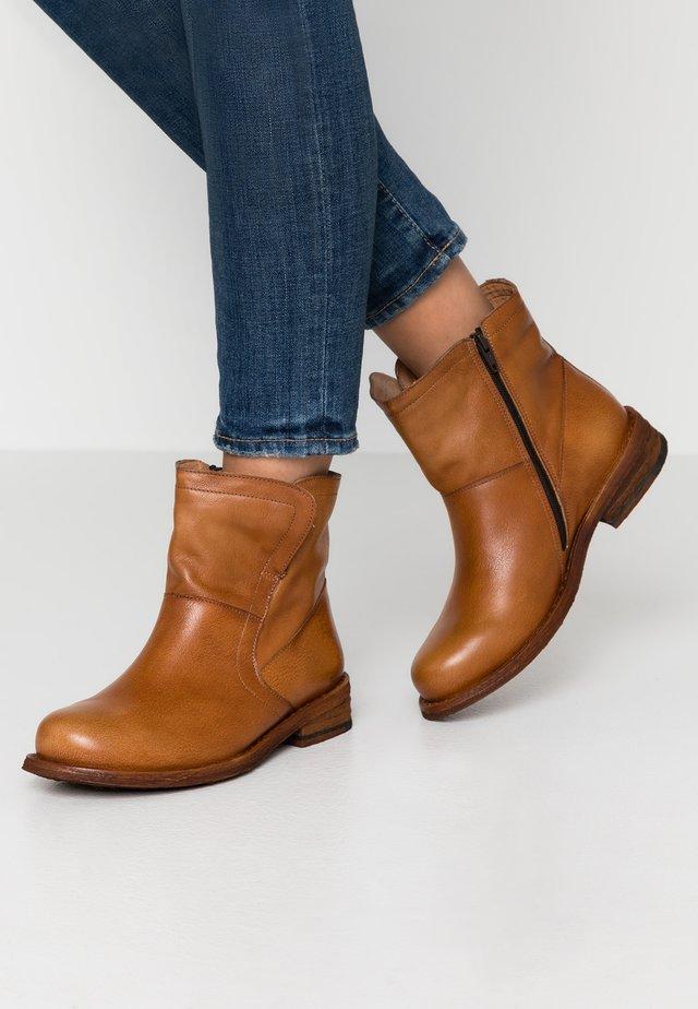 GREDO - Kotníkové boty - cognac