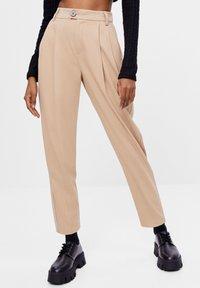 Bershka - KAROTTEN - Pantalon classique - beige - 0