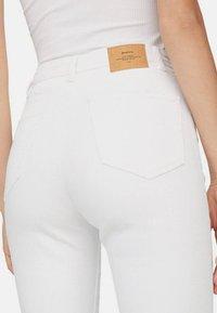 Stradivarius - MOM-FIT - Slim fit jeans - white - 3