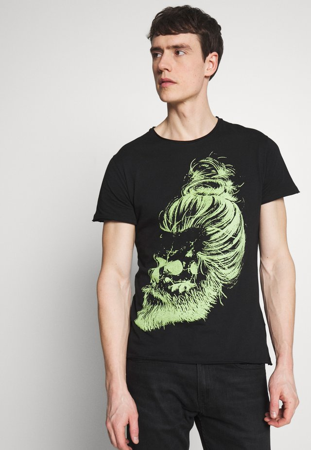 GARETH ROUND - T-shirt z nadrukiem - black/green