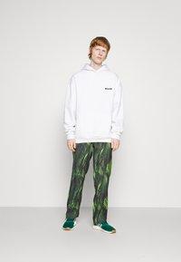 9N1M SENSE - SPECIAL PIECES PANTS UNISEX - Trousers - black/green - 4