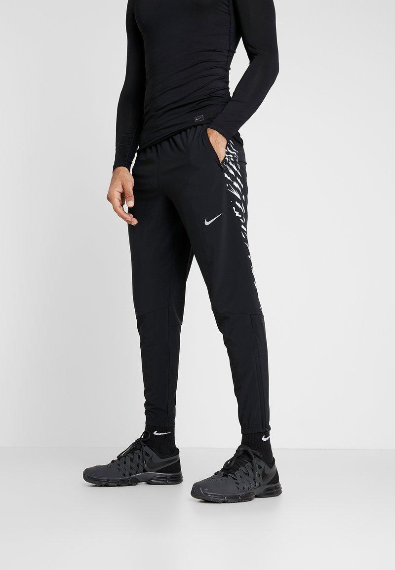 Nike Performance - WOVEN PANT - Teplákové kalhoty - black/silver