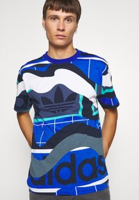 adidas Originals - TEE - T-shirt med print - tech indigo - 3