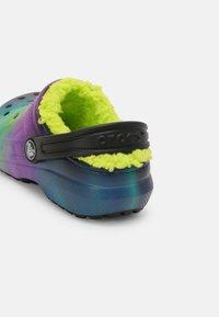 Crocs - CLASSIC LINED - Pantolette flach - black/lime punch - 4