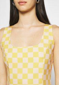 Glamorous - MINI DRESS WITH FRONT SIDE SPLITS - Kjole - yellow checkboard - 5