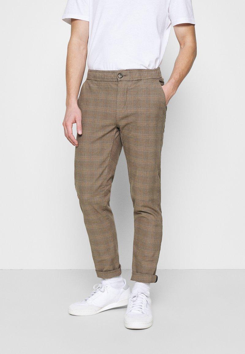 Redefined Rebel - KING PANTS - Chino kalhoty - brown