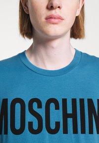 MOSCHINO - Print T-shirt - light blue - 9