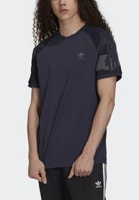 adidas Originals - CAMOUFLAGE CALIFORNIA GRAPHICS - T-shirt con stampa - night navy - 3