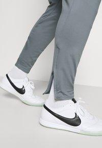 Nike Performance - FC PANT - Träningsbyxor - smoke grey/volt - 3