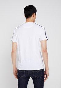 Lyle & Scott - TAPED T-SHIRT - T-shirt - bas - white - 2