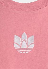 adidas Originals - LOOSE FIT TEE - T-shirt print - hazy rose - 6
