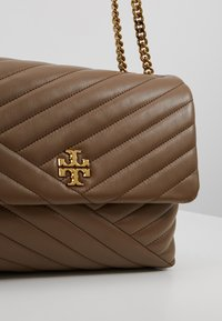 Tory Burch - KIRA CHEVRON CONVERTIBLE SHOULDER BAG - Bolso de mano - classic taupe - 6