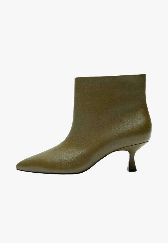 BERTA - Ankle boots - olivengrün