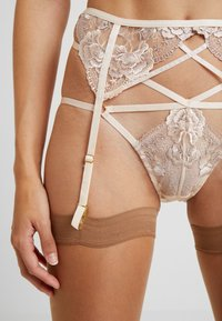 Wolf & Whistle - GRACE BLUSH EMBROIDERED SUSPENDER BELT - Jarretels - cream - 4
