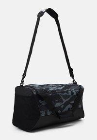 Nike Performance - DUFF UNISEX - Treningsbag - black/white - 1