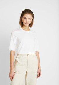 Lacoste - ROUND NECK CLASSIC TEE - T-shirt basic - white - 0