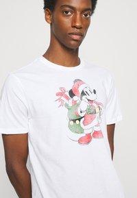 GAP - SANTA MICKEY - Print T-shirt - white global - 3