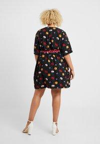 Fashion Union Plus - FASHION UNION WRAP DRESS WITH CONTRAST PRINT WAIST TIE - Denní šaty - black - 2