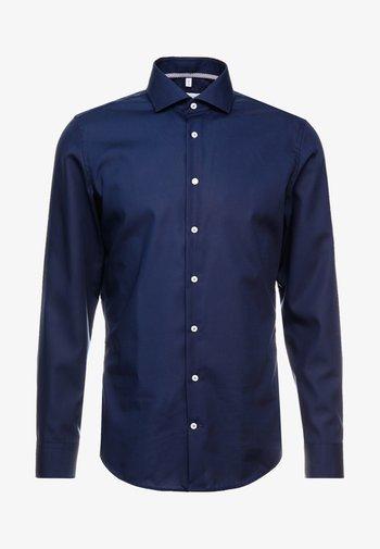 SLIM FIT SPREAD KENT PATCH - Finskjorte - dark blue