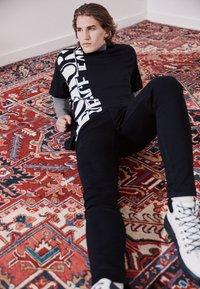 Versace Jeans Couture - T-shirt imprimé - nero - 2
