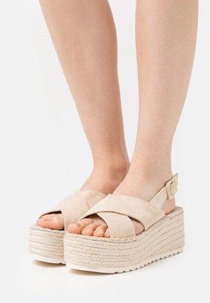Korkeakorkoiset sandaalit - beige