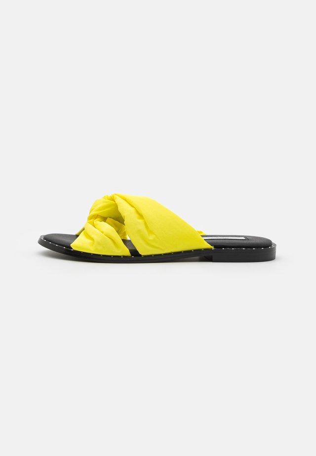 HAYES - Klapki - yellow