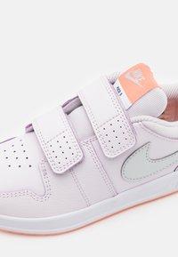 Nike Performance - PICO 5 UNISEX - Scarpe da fitness - light violet/metallic platinum/crimson bliss/white - 5