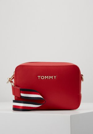 ICONIC CAMERA BAG - Torba na ramię - red