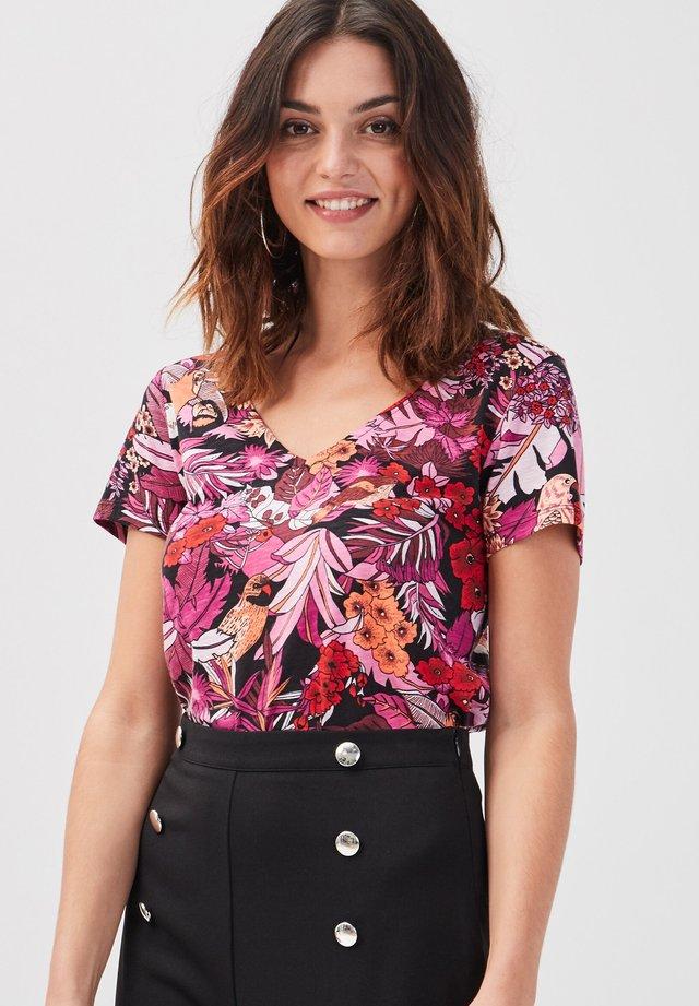 T-shirt con stampa - rose fushia