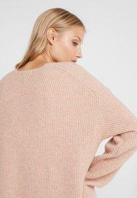 DRYKORN - LINNA - Sweter - nude - 4
