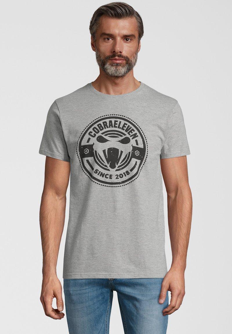 COBRAELEVEN - Print T-shirt - grey