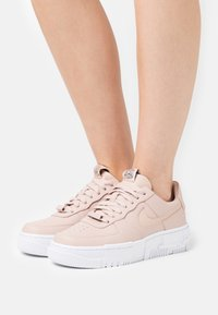 Nike Sportswear - AIR FORCE 1 PIXEL - Tenisky - particle beige/black - 3