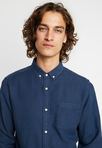 Knowledge Cotton Apparel - ZIG ZAK SHIRT - Shirt - dark denim - 3