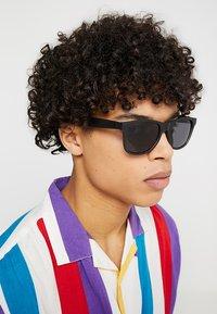 Vans - SPICOLI SHADES  - Okulary przeciwsłoneczne - black - 1
