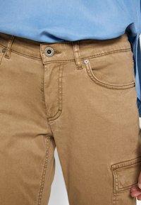 Marc O'Polo - POCKET CARGO STYLE MID WAIST SLIM LEG - Kapsáče - mild tobacco - 5