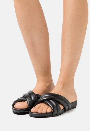 COS - Pantofle - black