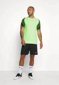 Nike Performance - DRY STRIKE - T-shirts med print - ghost green/cargo khaki/white - 1