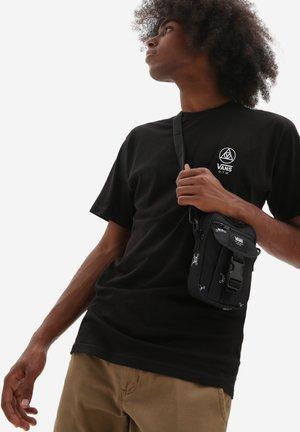 UA NEW VARSITY SHOULDER BAG - Across body bag - black new varsity