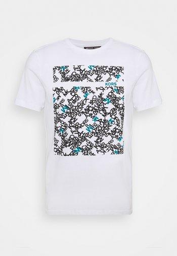 SCATTERED LOGO TEE - Print T-shirt - white