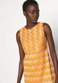 M Missoni - SLEEVELESS DRESS - Jumper dress - pumpkin - 4
