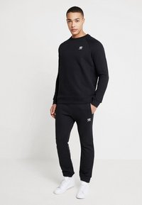 adidas Originals - ESSENTIAL CREW - Sudadera - black - 1