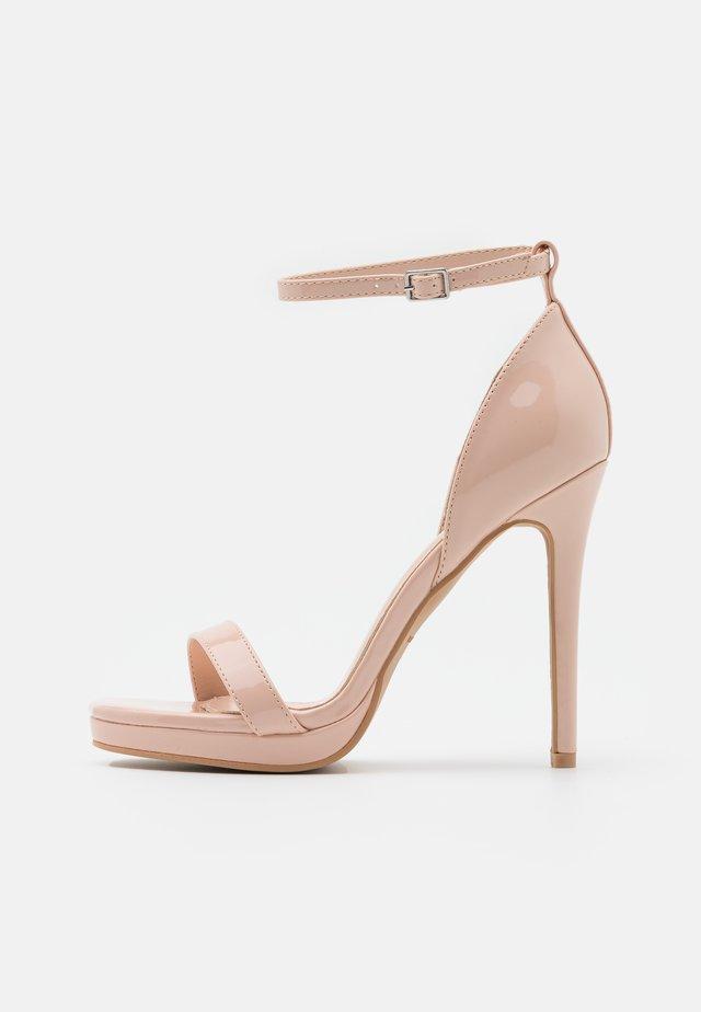 WIDE FIT CRESSIDA - Sandalias con plataforma - nude