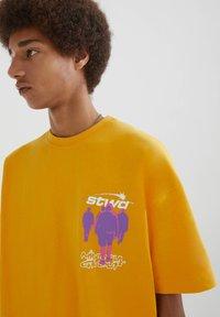 PULL&BEAR - PERSONEN - T-shirt med print - yellow - 4