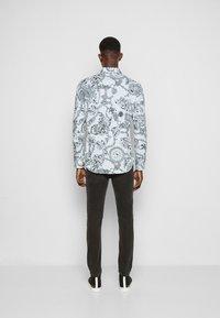 Versace Jeans Couture - PRINT REGALIA BAROQUE - Shirt - bianco - 3