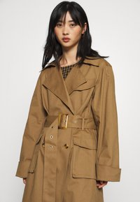 Gina Tricot Petite - MIMMI - Trenchcoat - brown - 4