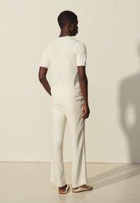 sandro - GIORGIO - Basic T-shirt - ecru - 2